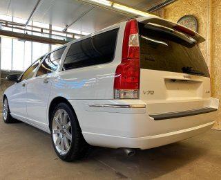 Volvo V70 2.4 170pk BJ: 11/2007 KM: 98.000 Automaat  Fantastisch mooie en zeldzaam Ice White Solid V70n import uit Japan, 1 van de laatste gebouwd in deze serie. Keuring gepland 1e week April. Auto word geleverd met nieuwe banden, nieuwe APK, grote beurt, binnen en buiten volledige professioneel gereinigd en gecoat, klaar voor nog vele jaren rijplezier. Prijs: € 13.995,- incl BTW (BTW-auto)  #volvor #volvov70r #volvo #volvov70n #v70 #v70n #volvoforlife #volvoforever  #youngtimer #volvoclassic #volvoclassics #premiumimportjapan #supercars #classicvolvo #volvonl #autoweek #autotrader #autoscout24 #rupes #rupesbigfoot #chemicalguys #cardetailing #premiumcarcare #volvoforum #familycar